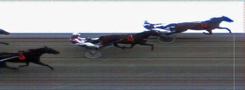 MÅLFOTO: 4 Unblemished Record (S) / Kai Johansen vinner foran 6 May Roquetin* (S) / Kristian Lindberg og 5 Roll the Dice* (S) / Tom Erik Solberg.